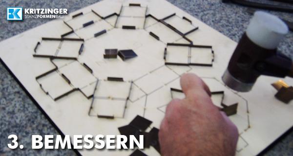 Einsetzen der Stahl-Messer in die Stanzform
